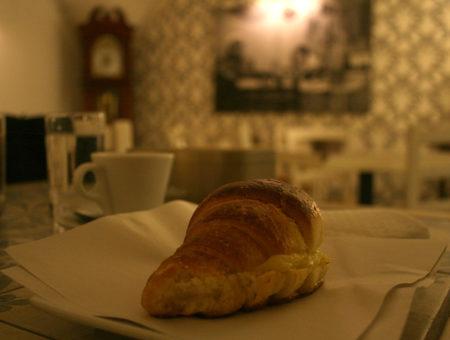 Monidee Cafè a Piazza Trieste e Trento: cornetti, babà e rustici senza glutine a Napoli