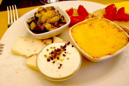 Antipasto senza glutine con zucchine gratinate, gateau, formaggi, bruschette e ricotta speziata